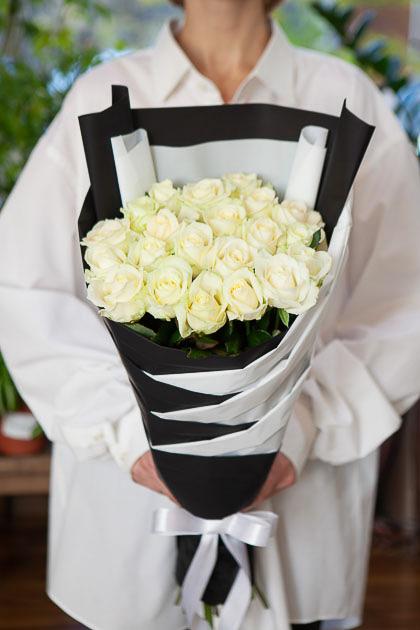 Односторонний Букет из 21 Белой Розы в Черной упаковке Саратов