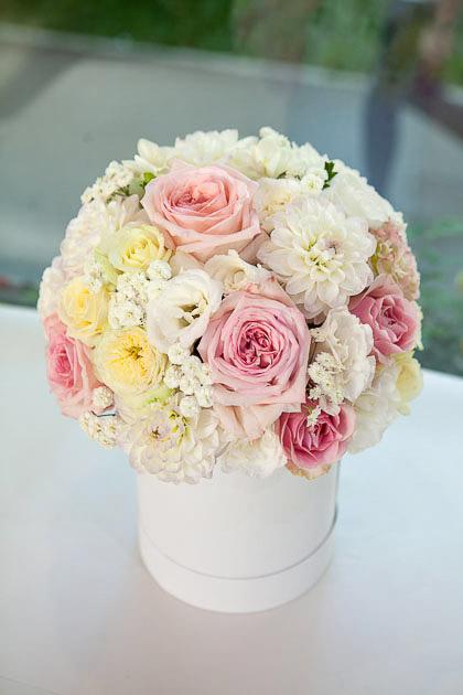 Розовые Розы, Кремовые Пионовидные розы и Георгины в Шляпной коробке Саратов