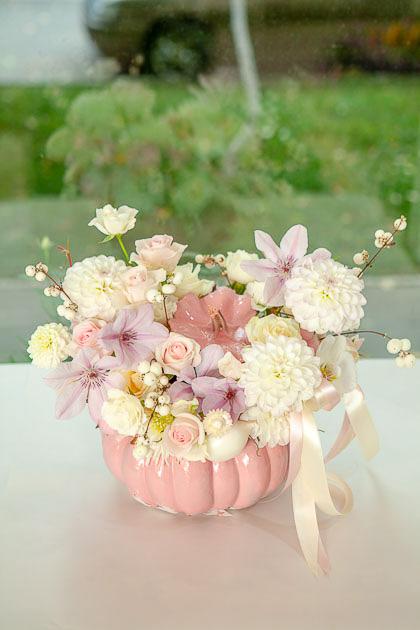 Композиция в Розовой Тыкве с Белыми Георгинами, Розовой Орхидеей и Хлопком Саратов