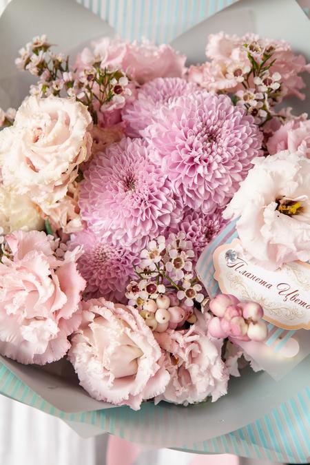 Букет из Розового Лизиантуса и Хризантемы в Матовой пленке ПЛАНЕТА ЦВЕТОВ Саратов