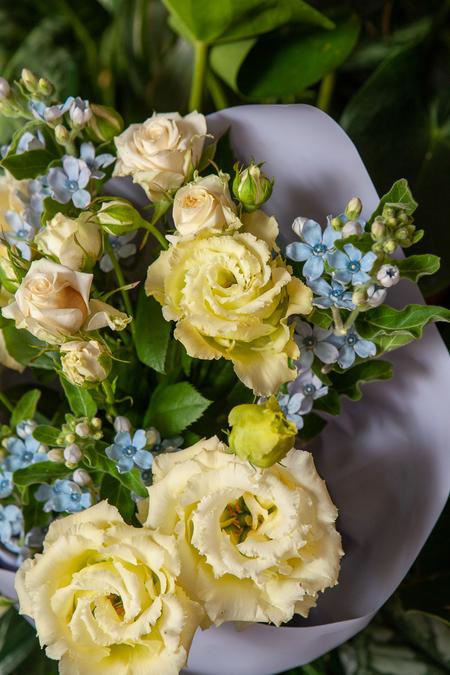 Букет из Лизиантуса, Кустовой Розы и Оксипеталума ПЛАНЕТА ЦВЕТОВ Саратов