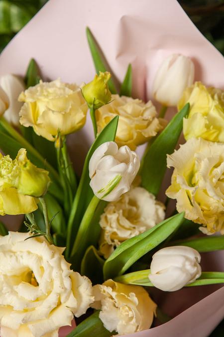 Букет из Лизиантуса и Тюльпанов в Розовой упаковке ПЛАНЕТА ЦВЕТОВ Саратов