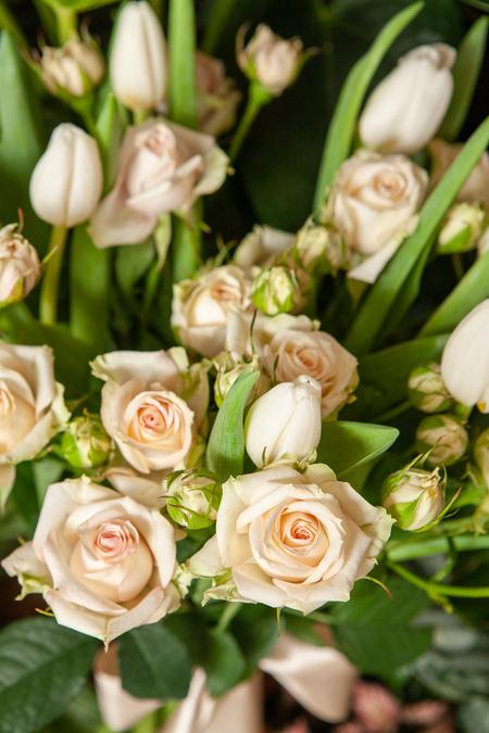 Букет из Кремовой кустовой розы и Белых Тюльпанов ПЛАНЕТА ЦВЕТОВ Саратов