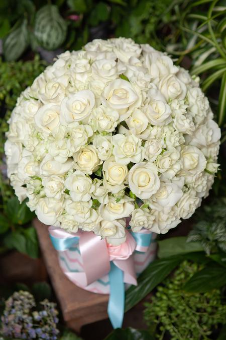 Белая Роза и Кустовая Роза в Шляпной Коробке купить с доставкой по Саратову