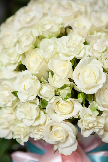 Белая Роза и Кустовая Роза в Шляпной Коробке - planeta.florist