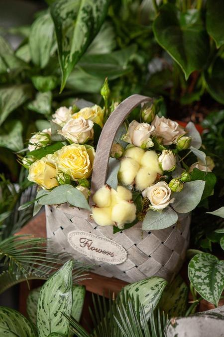Желтая Роза, Кустовая роза и Хлопок в Корзине купить с доставкой по Саратову