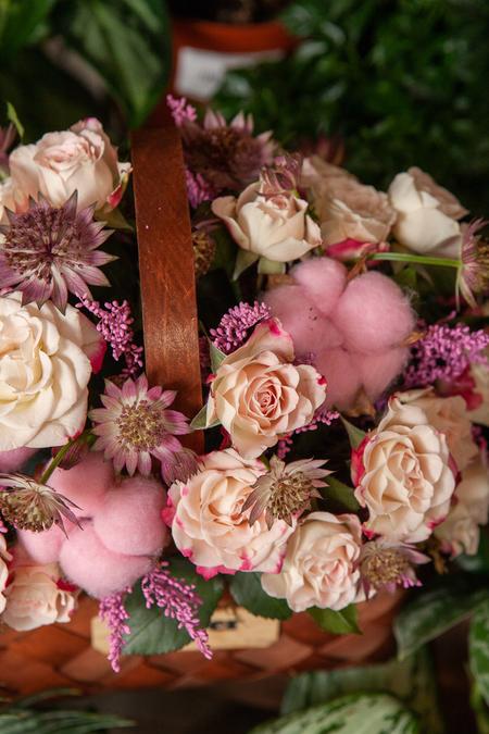 Розовая Роза, Хлопок и Астранция в Корзине ПЛАНЕТА ЦВЕТОВ Саратов