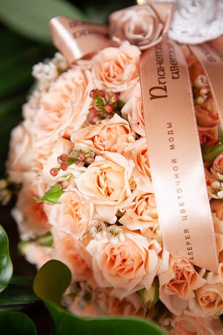 Цветы в Форме сердца из Кустовой Кремовой Розы на поддоне купить с доставкой - 2