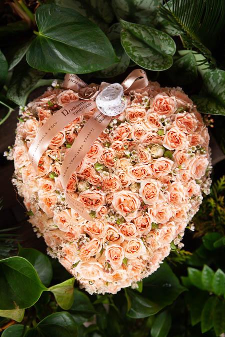 Цветы в Форме сердца из Кустовой Кремовой Розы на поддоне купить с доставкой - 3