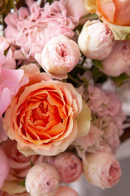 Букет в Форме Сердца из Розовых Пионов, Кустовой Розы в Каркасе из Лозы купить с доставкой - 2