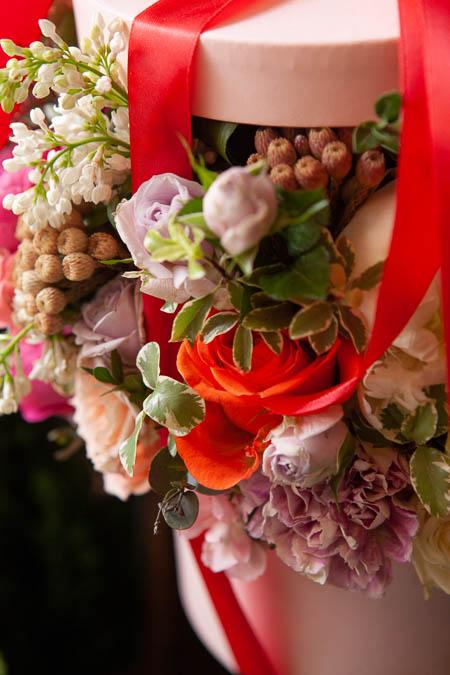 Цветы в Коробке - Белый Пион, Сирень Белая, Роза Кремовая, Гвоздика купить с доставкой - 2
