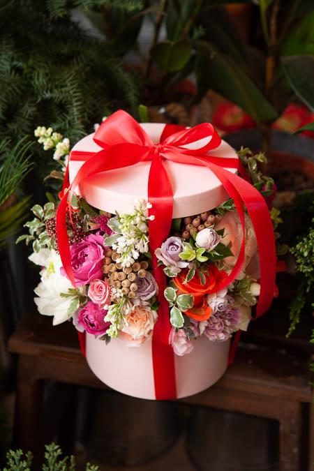 Цветы в Коробке - Белый Пион, Сирень Белая, Роза Кремовая, Гвоздика купить с доставкой - 3