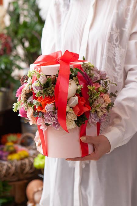 Цветы в Коробке - Белый Пион, Сирень Белая, Роза Кремовая, Гвоздика купить с доставкой — 4