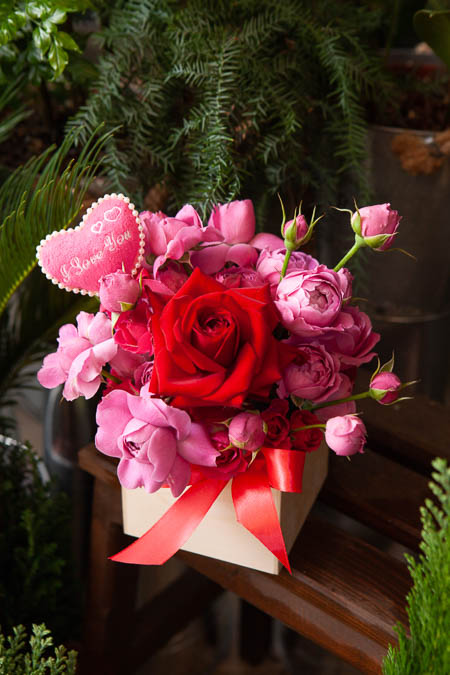 Композиция из Розовых Роз, Кустовых Роз, Топпер в Деревянном Кашпо купить с доставкой - 3