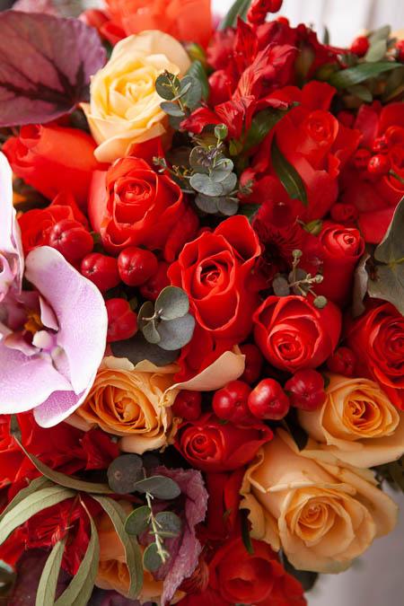 Букет в форме сердца из Красной Розы, Орхидеи, иАльстромерии и Илекса купить с доставкой - 2