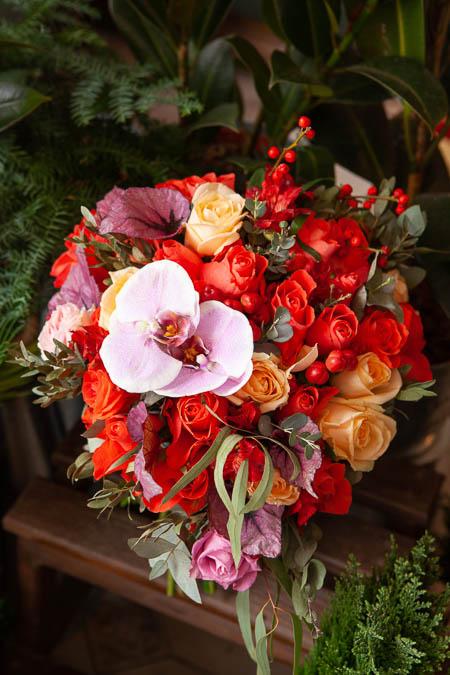 Букет в форме сердца из Красной Розы, Орхидеи, иАльстромерии и Илекса купить с доставкой - 3