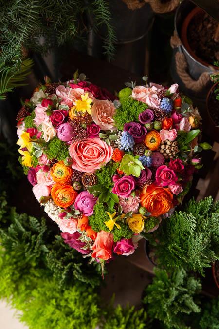 Цветы в форме сердца, Розы, Ранункулюсы, Хризантема, Гвоздика, Мускари купить с доставкой - 3
