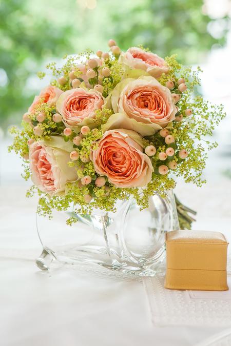 Букет Невесты из Кремовой розы, Ягод Гиперикума и Алхемиллы