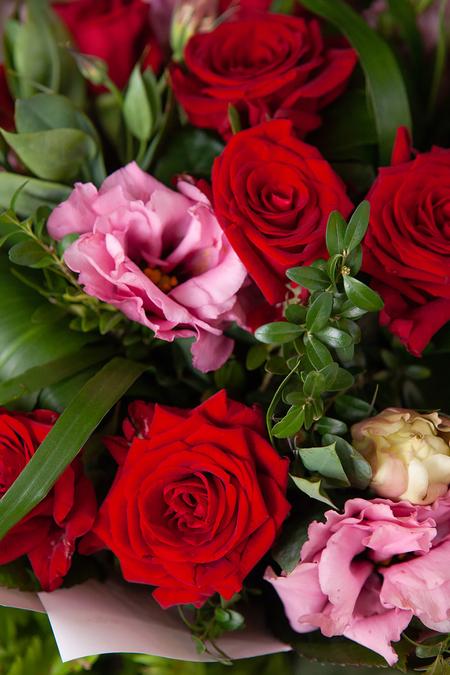 Букет из Красной розы и Розового Лизиантуса в Цветном Крафт Саратов