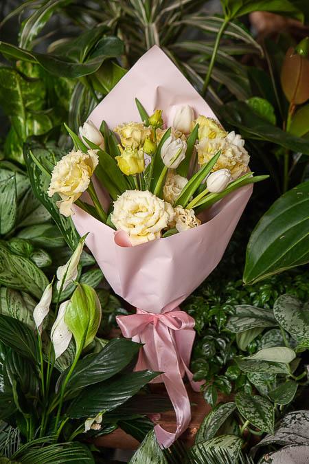 Букет из Лизиантуса и Тюльпанов в Розовой упаковке - planeta.florist