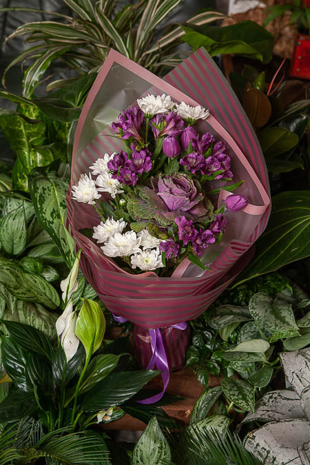Букет из Хризантемы, Фиолетовой Альстромерии и Брассики - planeta.florist