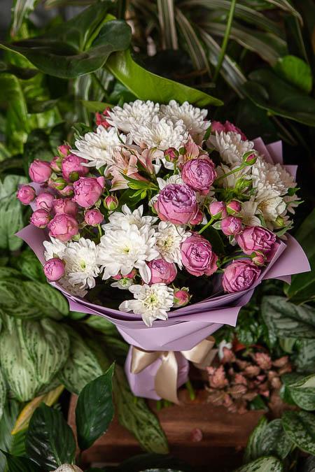 Букет из Розовой Кустовой Розы Баблз и Хризантемы - planeta.florist