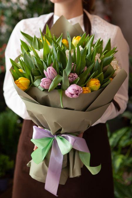 Букет Тюльпанов микс в Серой упаковке Тренд Саратов