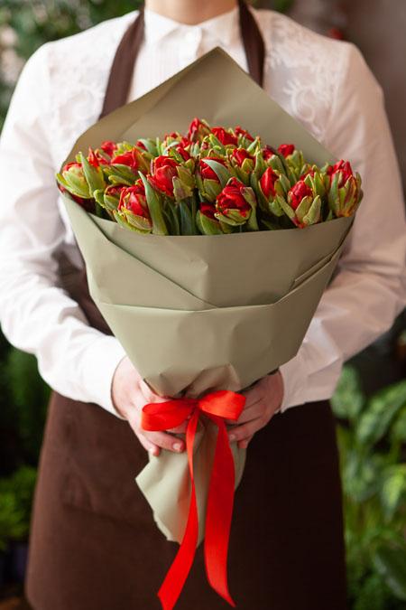 Букет Красных Пионовидных Тюльпанов в Серой Упаковке Саратов