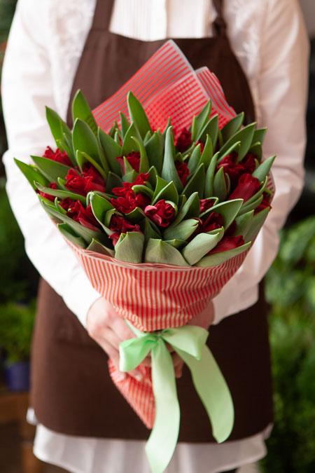 Букет Красных Тюльпанов в Красной пленке Саратов
