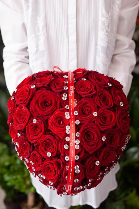Цветы в форме Сердца из Красной Розы и Страз на Поддоне - Саратов