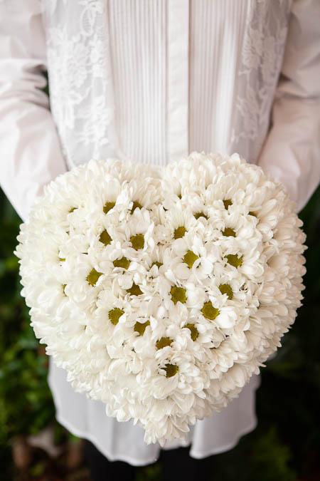 Цветы в форме сердца из Белой Хризантемы на поддоне - Саратов