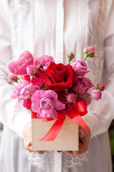 Композиция из Розовых Роз, Кустовых Роз, Топпер в Деревянном Кашпо - Саратов