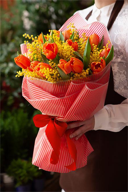 Букет из 15 Красных Тюльпанов и Мимозы Саратов-2