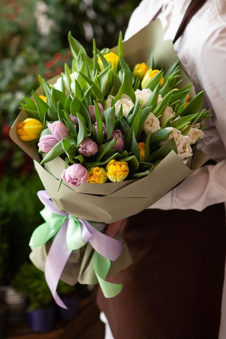 Букет Тюльпанов микс в Серой упаковке Тренд Саратов-2