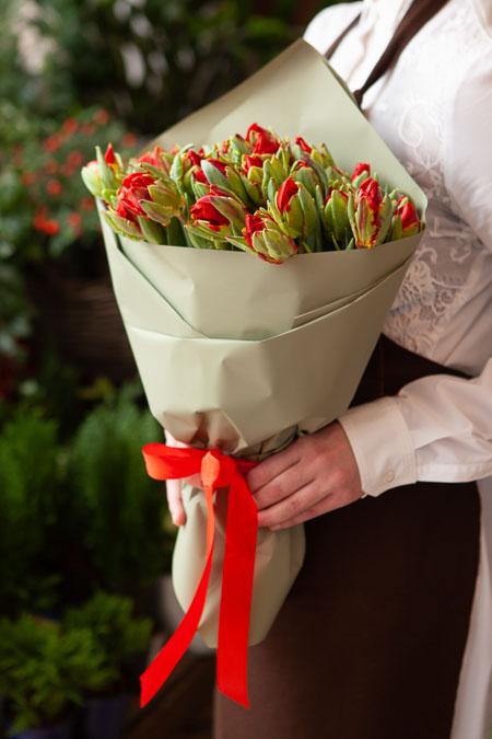 Букет Красных Пионовидных Тюльпанов в Серой Упаковке Саратов-2