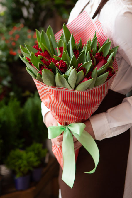 Букет Красных Тюльпанов в Красной пленке Саратов-2