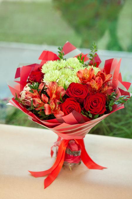 Букет из Красной Розы, Альстромерии и Хризантемы в Матовой пленке Саратов - фото 2