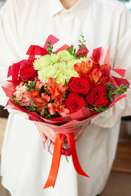 Букет из Красной Розы, Альстромерии и Хризантемы в Матовой пленке Саратов