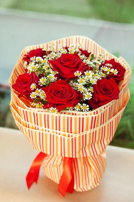 Букет из Красной Розы и Ромашки в Полосатой Матовой Упаковке Саратов - фото 2