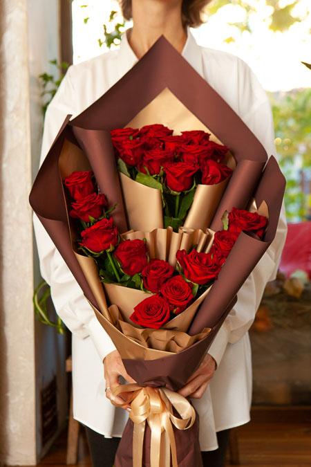 Букет из 21 Красной розы в Ярусном стиле Саратов