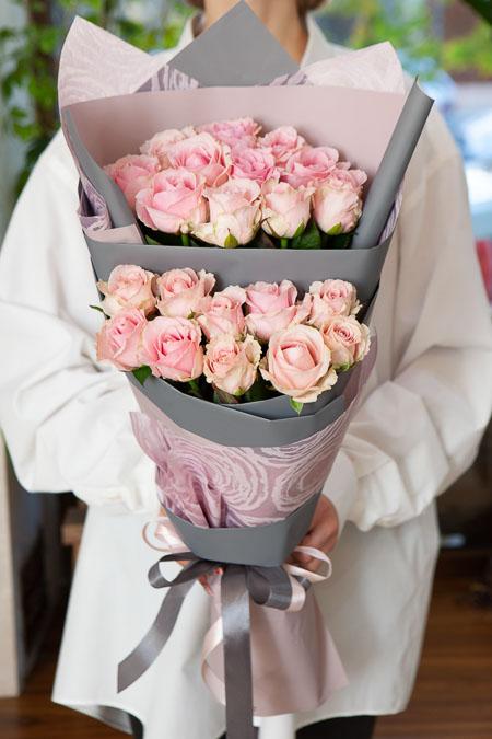Букет из 21 Розовой Розы в Ярусном стиле Саратов