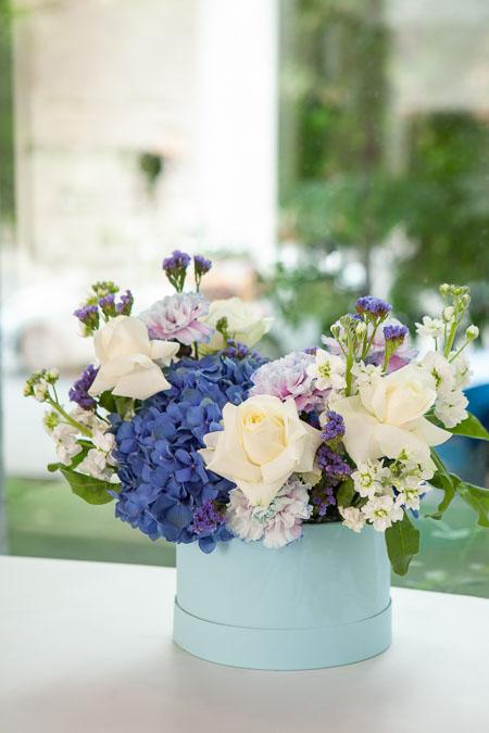 Цветы в Коробке: Белая Роза, Синяя Гортензия и Гвоздика Саратов - фото 3