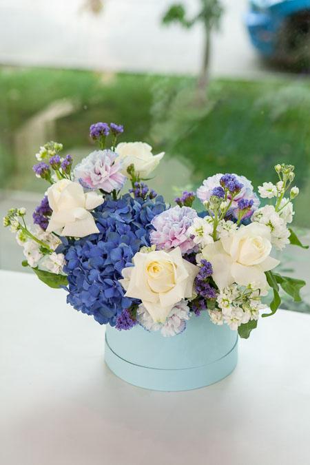Цветы в Коробке: Белая Роза, Синяя Гортензия и Гвоздика Саратов